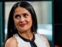 Тонкая талия и роскошные формы: 54-летняя Сальма Хайек восхитила фигурой в бикини