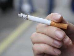 Одинокие люди легче начинают курить и тяжелее бросают