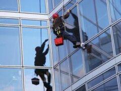 Мытье окон на высоте: как проводится высотный клининг
