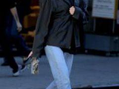 Беременная Эльза Хоск на прогулке в жакете Chanel и облегающих брюках Zara