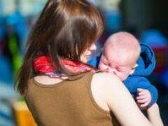 Психологи назвали фразы, которые нельзя говорить плачущим детям