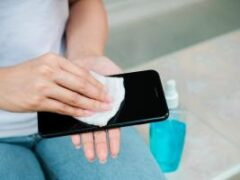 Убить коронавирус: как правильно почистить смартфон и не повредить экран