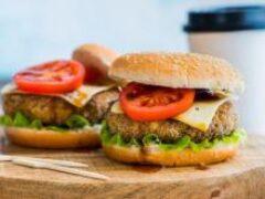 Ученые из Гарварда запретили женщинам есть бургеры и хот-доги
